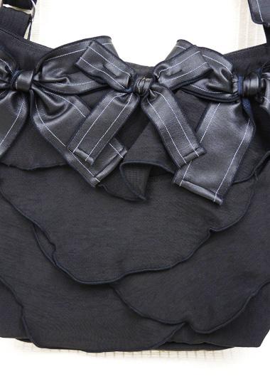リボン飾り、ウロコ状モチーフのアップ