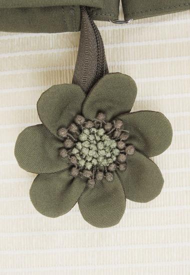 ジッパー部分のお花飾り