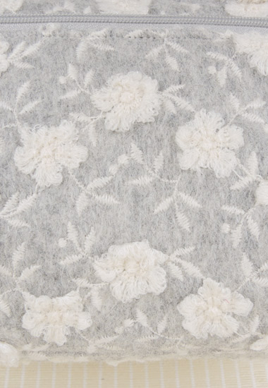 小花、刺繍飾りが綺麗な生地です