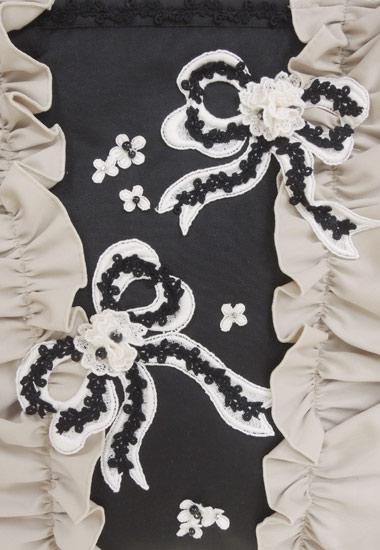 リボンモチーフ、小花飾りのアップ