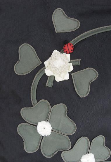 お花、てんとう虫のアップ