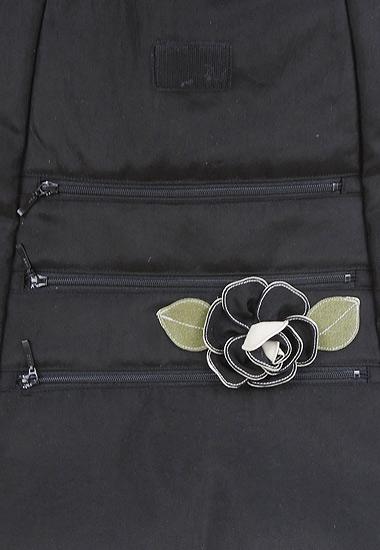 前面ポケット、お花のモチーフ